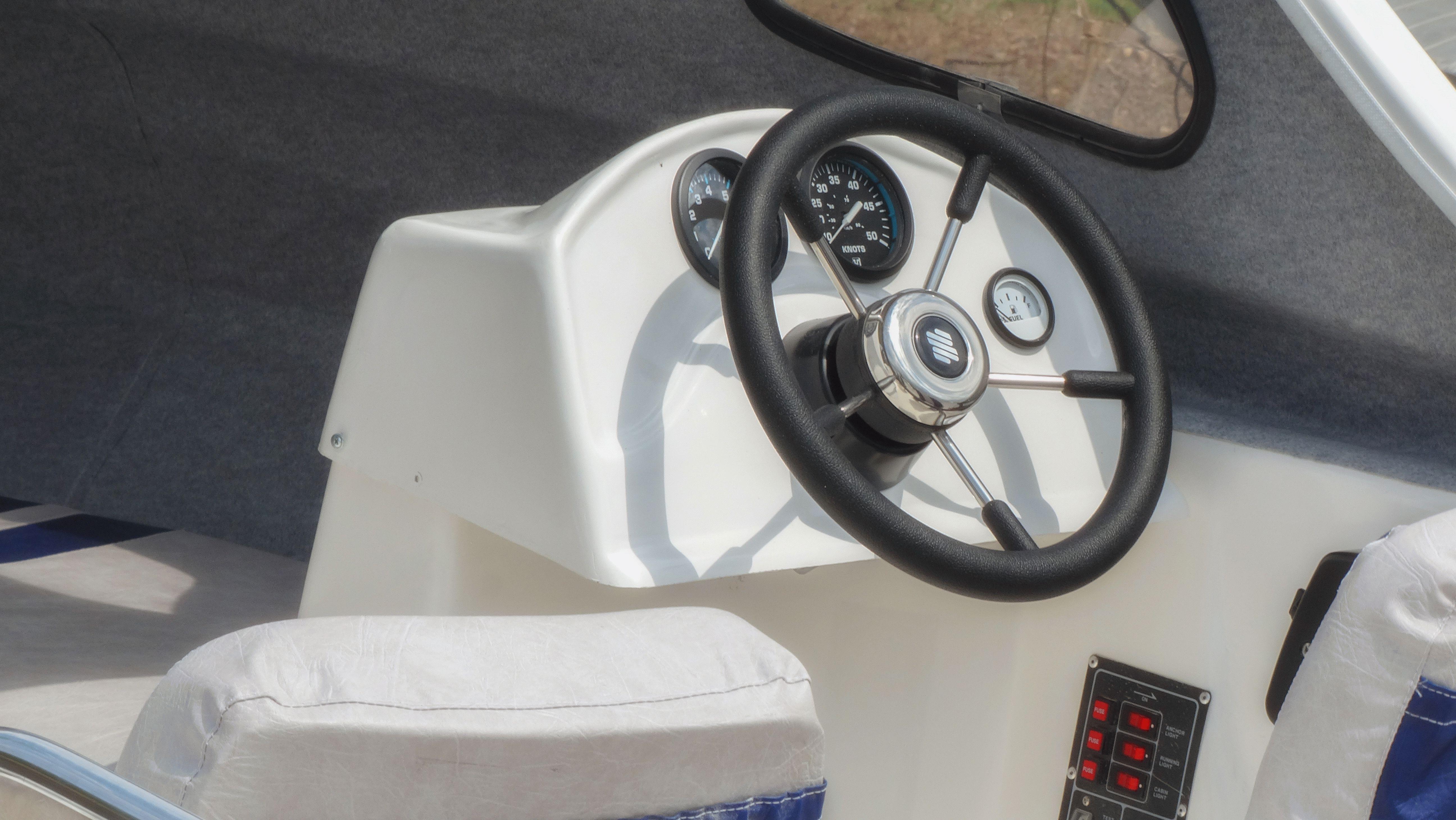 катер для доставки прикормки на рыбалке